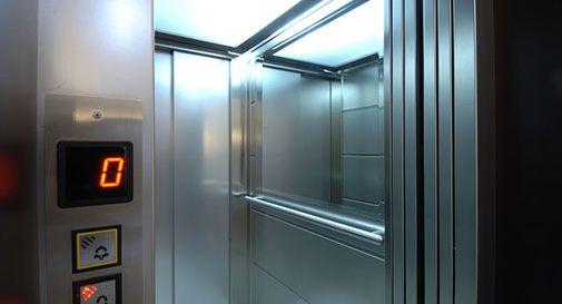 Ubriaco in mutande distrugge l'ascensore dell'ospedale