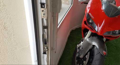 Maxi furto alla Vittorio Veneto Automobili, i ladri entrano e rubano tutto. Via anche l'Audi, colpo da 35mila euro