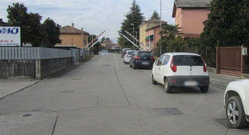 Vittorio Veneto, passaggio a livello chiuso e strada tagliata a metà: