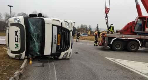 Camion si ribalta in mezzo alla rotatoria