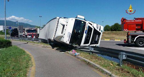 Godega, camion si rovescia e perde il carico in rotonda. Disagi al traffico