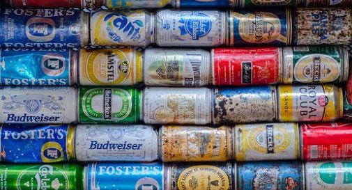 I cittadini comprano tutta la birra disponibile in paese per boicottare il raduno neonazista. E funziona