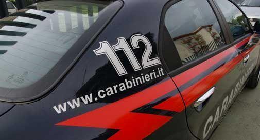 Cercano di rubare un'auto, un residente chiama i Carabinieri: denunciati quattro giovani