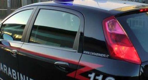 Lite tra ex coniugi degenera: arrivano i Carabinieri e spuntano coltello e bastone