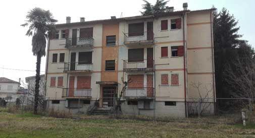 Via Cacciatori delle Alpi, le case popolari cadono a pezzi.