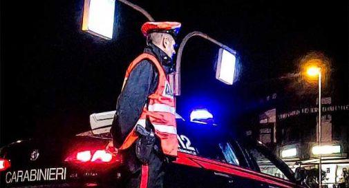 Ubriaco al volante su auto modificata: via la patente e la carta di circolazione
