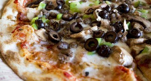 Famiglia va in pizzeria: mangiano a sbafo e scappano sgommando