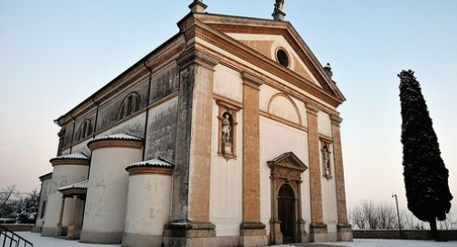 Chiesa e scalinata imbrattate dai vandali