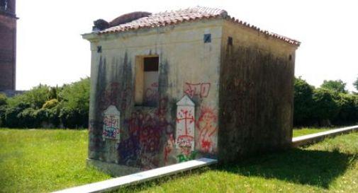 Vandali all'ex cimitero di Santa Maria in Colle: chiesa imbrattata