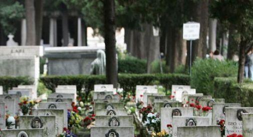 Si uccide in cimitero sparandosi un colpo in testa