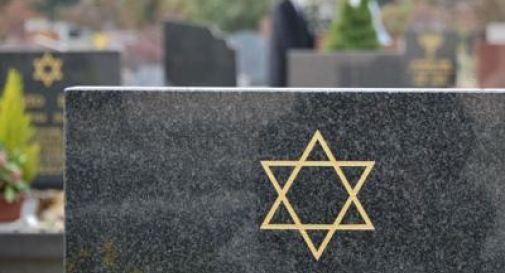 Profanate oltre 80 lapidi in un cimitero ebraico