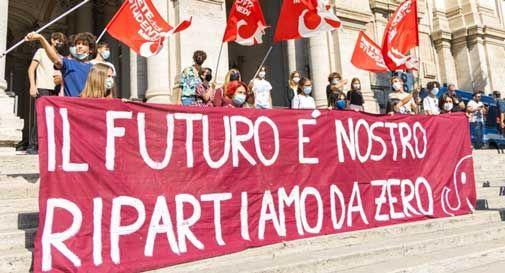 Scuola: 'il futuro è nostro, ripartiamo da zero', flash mob studenti in tutta Italia e davanti al Mi