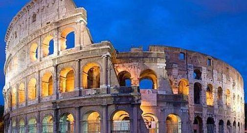 Colosseo, luci spente per i due marò