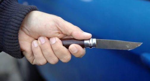 Insegue il compagno della sua ex e lo ferisce alla mano con un coltello