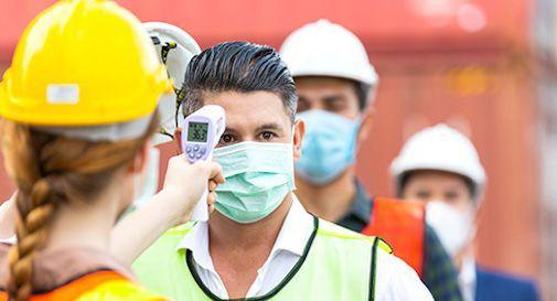 Lavoratori in fabbrica contagio Covid