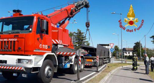 Camion bloccato da una trave in acciaio a Codognè