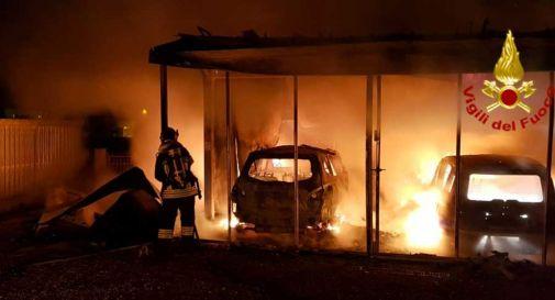 Autorimessa in fiamme a Vedelago: 3 auto carbonizzate