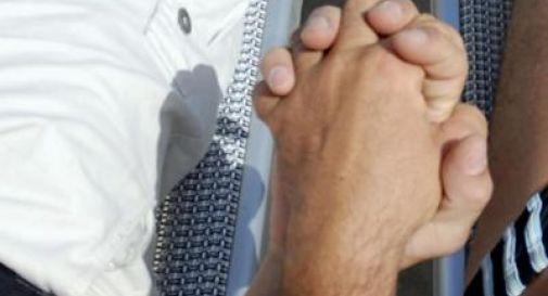 Paga per spezzare le dita al figlio gay: