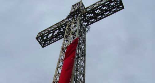 Drappo rosso sulla croce del Monte Altare: