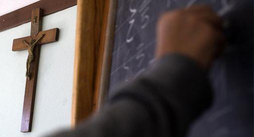 Consigliere comunale regala 1.500 crocifissi alle scuole