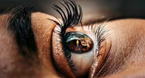 La cura degli occhi in estate: i pericoli e i consigli per proteggerli