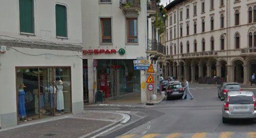 Ubriachi al supermercato e nei negozi: via Cavour preda delle bande