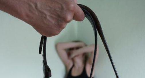 Calci, pugni e molestie continue contro figlia e nipote: arrestato 60enne