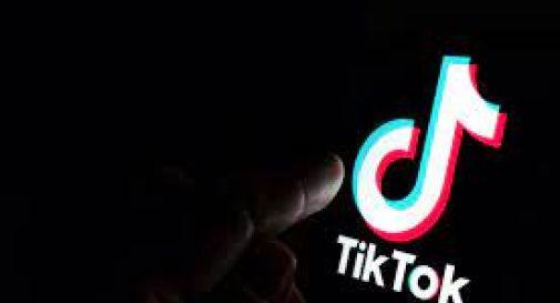 Gemelline incitate a picchiarsi, denuncia dopo video TikTok