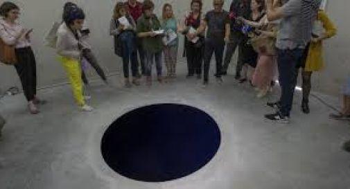 Scambia il buco per un dipinto, turista italiano precipita nell'opera d'arte