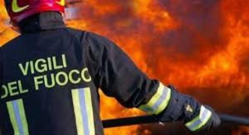 Incendia l'auto del marito, si ustiona e viene arrestata