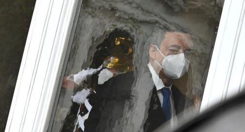 'Io apro' infiamma la piazza, Draghi spinge per riaperture