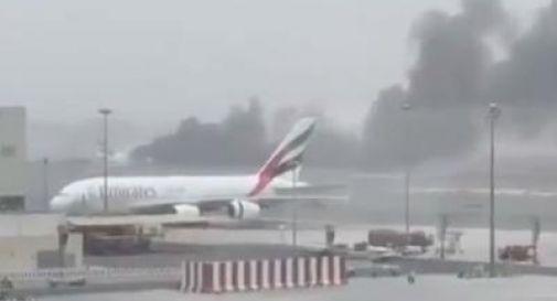 Paura a Dubai, aereo Emirates in fiamme: atterraggio d'emergenza