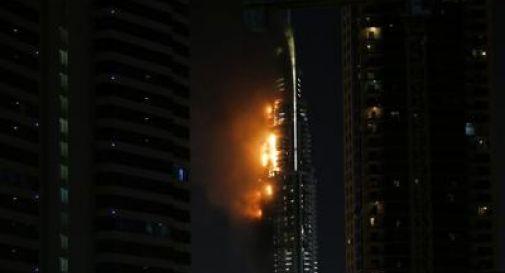 Inferno di cristallo a Dubai, 16 feriti /Video