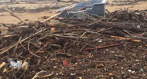Maltempo a Jesolo, la mareggiata porta plastica e rifiuti sulle spiagge: servono volontari per ripulirle