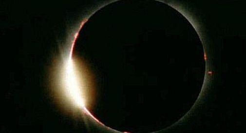 Eclissi di sole: tutti col naso all'insù
