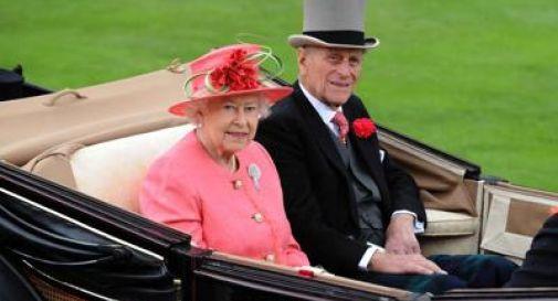Venduta per oltre 600 euro fetta della torta di matrimonio della regina Elisabetta