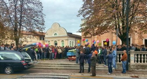 L'ultimo saluto ad Eric Genovese vola in cielo con decine di palloncini colorati