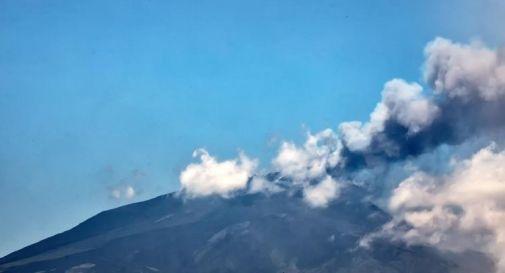 Etna, nuova eruzione nel cratere sud est: colonna di fumo di 4,5 km