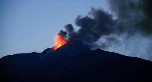 Etna, eruzione: fontana di lava da cratere sud-est