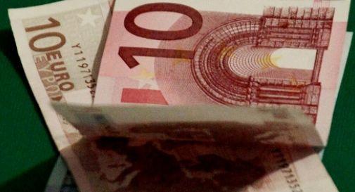 Trova una cartellina con 2mila euro, la consegna ai vigili