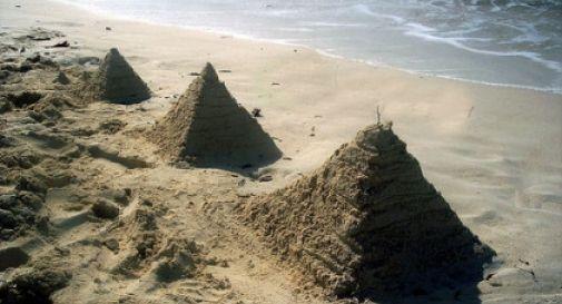 Vietato sputare, dormire, costruire castelli di sabbia: i divieti più strani delle nostre coste