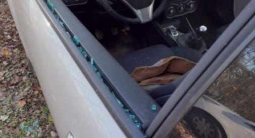Ladri sfondano i finestrini delle auto in sosta