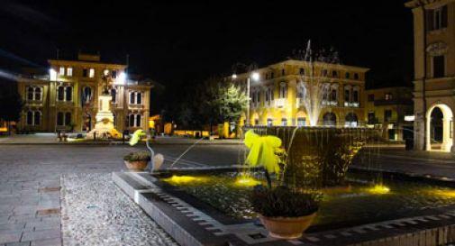 Omaggio alle donne a Mogliano, la fontana si colora di giallo