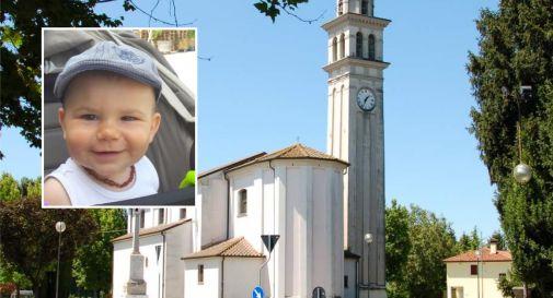 la parrocchiale di Fossalta e, nel riquadro, il piccolo Gioele Zanchetta