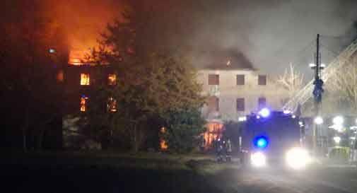 Si incendia una casa colonica, vigili del fuoco al lavoro per tutta la notte