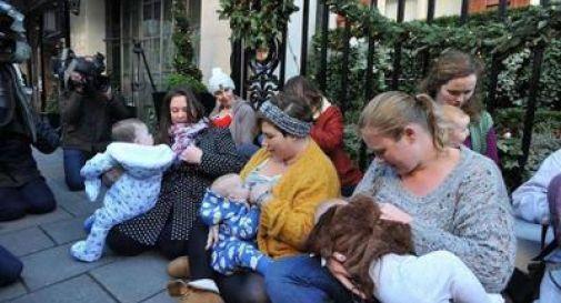 Mamme allattano al seno per protesta davanti al Claridge Hotel di Londra