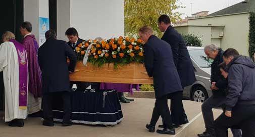 Conegliano, la chiesa gremita per l'ultimo addio a Laura: aveva solo 26 anni