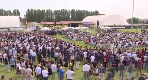 Migliaia di persone per l'addio ai quattro giovani morti nell'incidente di Jesolo: un lungo silenzio, poi l'applauso per salutarli