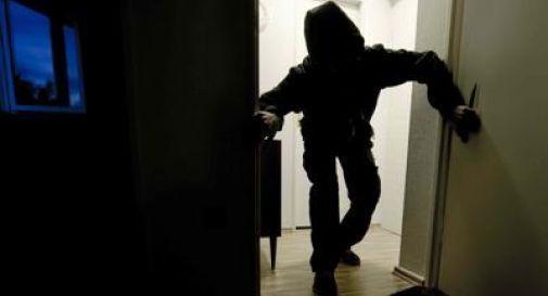 Dormono con la finestra aperta, entrano i ladri in casa