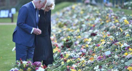 Principe Filippo, Carlo commosso davanti ai fiori in omaggio del padre